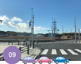 一つ目の名前のない信号を左折します。左前方の臨時駐車場が目印です。